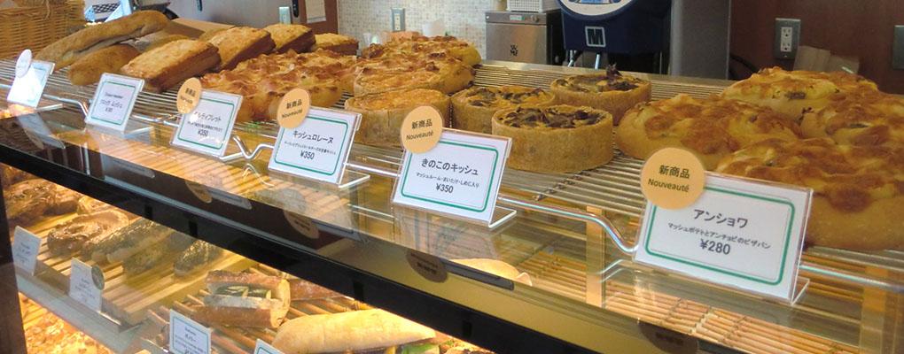 焼き立てのパンやサンドイッチが並ぶ店内